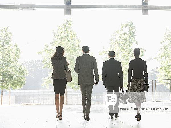 Geschäftsleute  die in einer Reihe laufen.