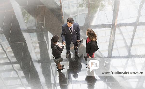 Geschäftsleute im Gespräch in der modernen Bürolobby