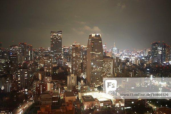 Stadtbildansicht mit Wolkenkratzern bei Nacht  Tokio  Japan