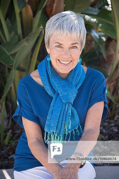 Porträt einer älteren Frau  im Freien  lächelnd