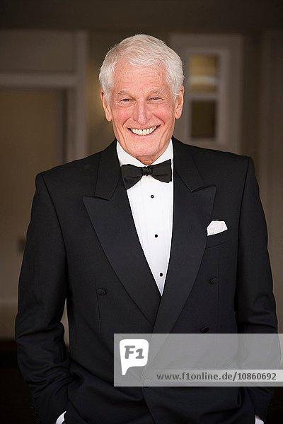 Porträt eines älteren Mannes im Smoking  lächelnd