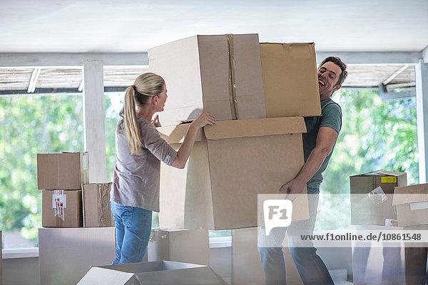 Umzug: Ehepaar hebt Kartons