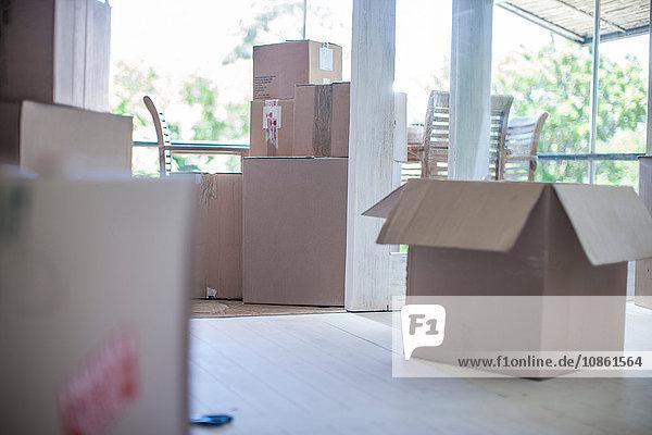 Umzug: Zimmer mit Kartons gefüllt Umzug: Zimmer mit Kartons gefüllt