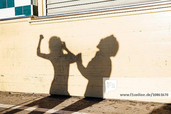 Schatten an der Wand eines tanzenden Paares  im Freien