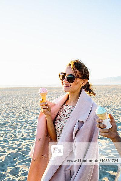 Stilvolle junge Frau mit Freund isst Eistüten am Strand spazieren  Venice Beach  Kalifornien  USA
