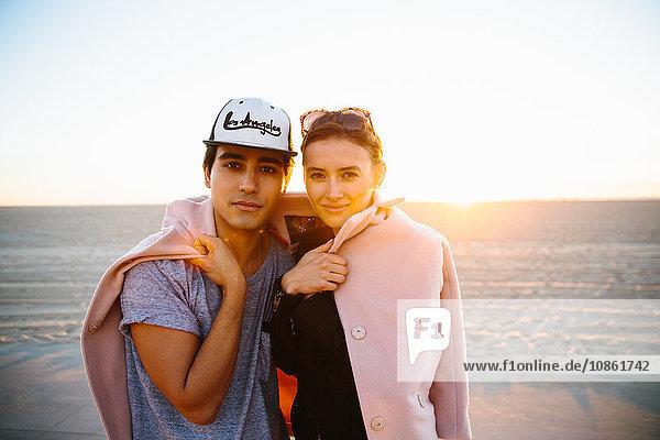 Porträt eines jungen Paares in einen Mantel gehüllt am Strand  Venice Beach  Kalifornien  USA