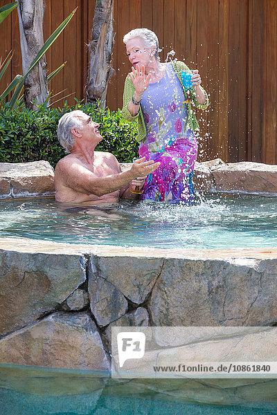 Älteres Ehepaar genießt Pool