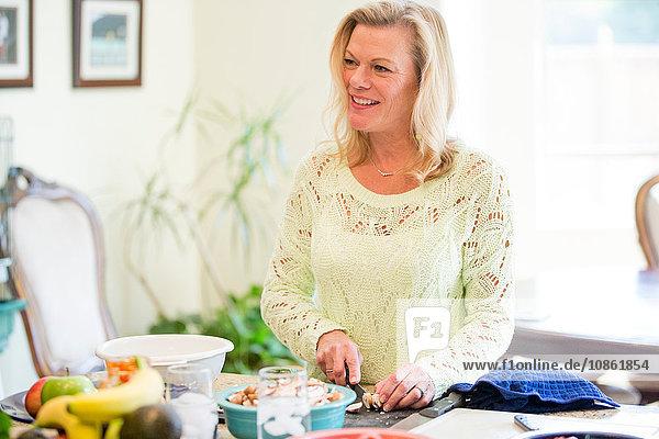 Frau bereitet Essen in der Küche zu