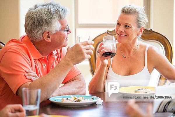 Älteres Ehepaar unterhält sich am Esstisch