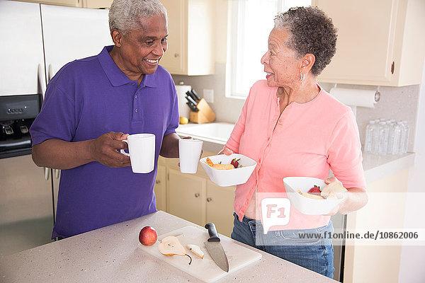 Älteres Ehepaar in der Küche beim Frühstücken