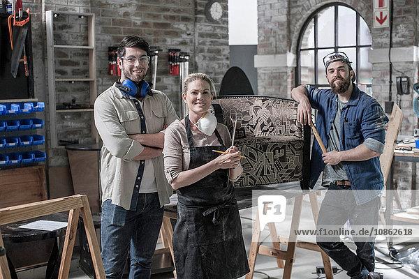 Porträt des Handwerksteams in der Restaurierungswerkstatt für Antiquitäten