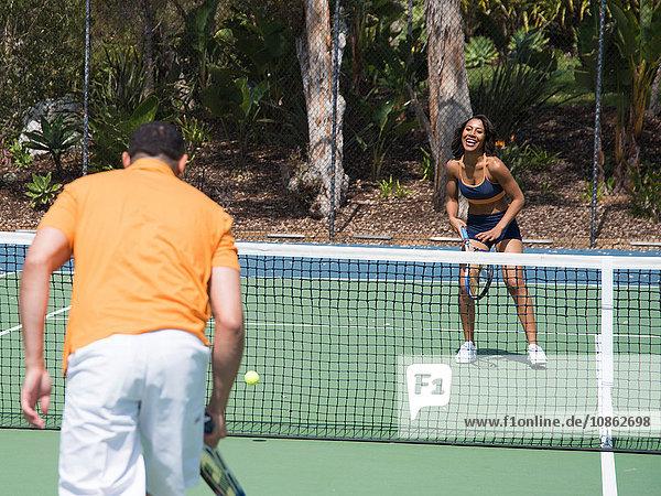 Tennis spielendes Paar