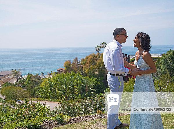 Flitterwochen-Paar beim Plaudern auf einem Hügel am Meer  Los Angeles  Kalifornien