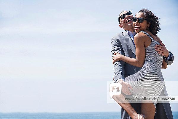 Glückliches Paar umarmt sich im Freien