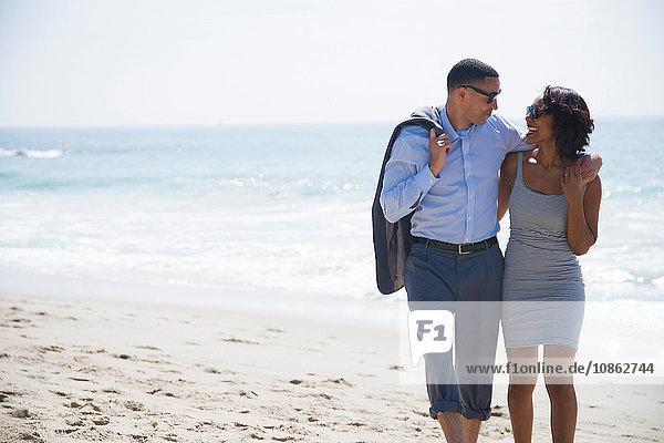 Zu zweit am Strand spazieren gehen und genießen