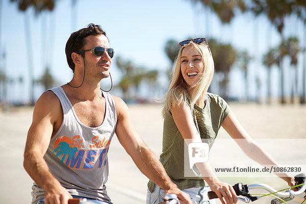 Paar auf Fahrrädern am Venice Beach  Los Angeles  Kalifornien  USA