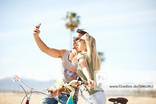 Radfahrerehepaar beim Selfie am Venice Beach  Los Angeles  Kalifornien  USA