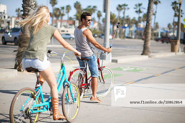 Fahrradfahrerehepaar radelt am Venice Beach  Los Angeles  Kalifornien  USA