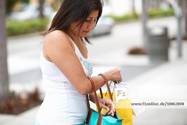 Frau durchsucht ihre Einkaufstaschen  Los Angeles  Kalifornien  USA