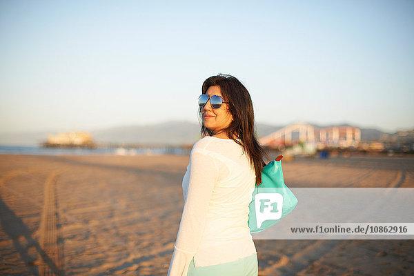 Frau blickt bei Sonnenuntergang auf den Strand von Santa Monica zurück  Cresent City  Kalifornien  USA