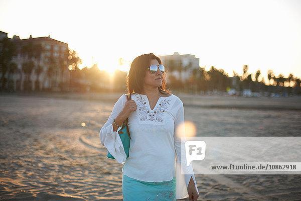 Frau schlendert bei Sonnenuntergang am Strand von Santa Monica  Cresent City  Kalifornien  USA