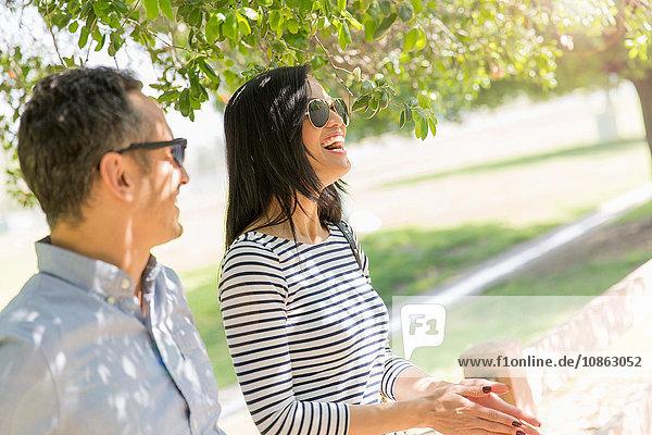 Lachendes Paar unter dem Baum