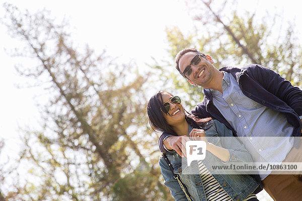 Niedrigwinkelansicht eines Paares mit Sonnenbrille