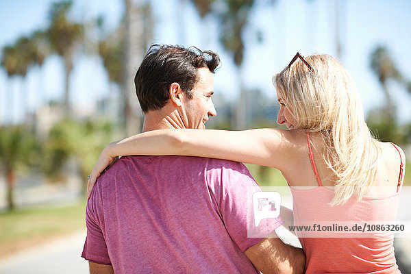 Paar im Freien  Umarmung  Rückansicht