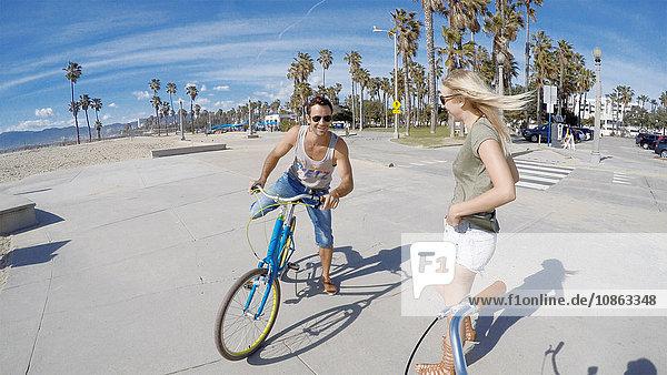 Porträt einer jungen Frau beim Radfahren am Venice Beach  Kalifornien  USA