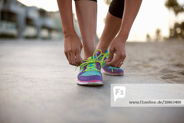 Niedriger Anteil der Frau  die Trainingsschuhe zum Schnürsenkelbinden trägt