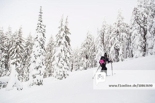 Junge Frau  Skilanglauf  Tumalo Mountain  Oregon  USA