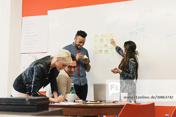 Brainstorming der Kollegen im Büro am Whiteboard