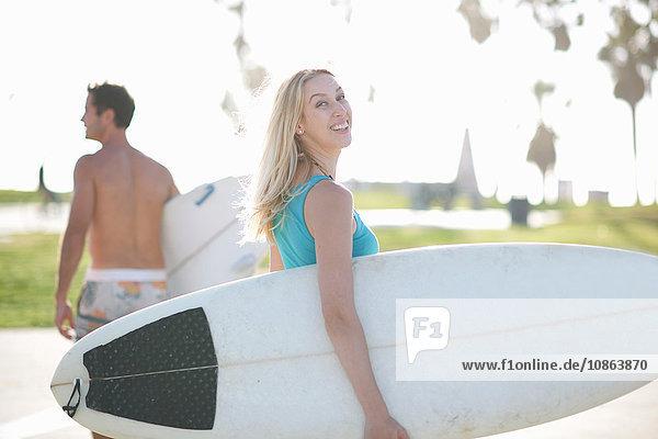 Junge Surferin blickt zurück auf Venice Beach  Kalifornien  USA