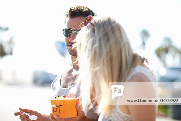 Paar beim Spazierengehen und gefrorenen Joghurt essen  Venice Beach  Kalifornien  USA