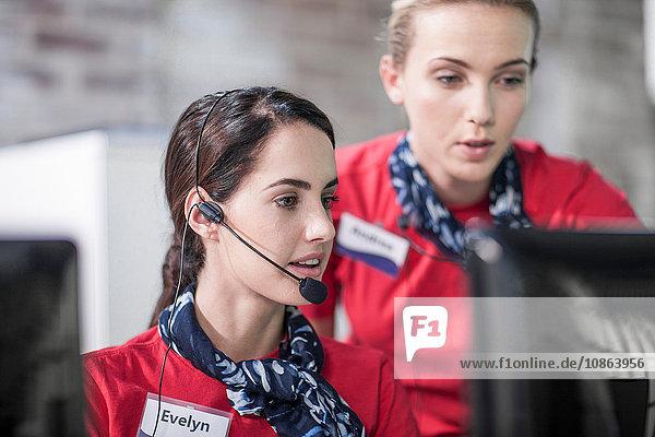 Zwei Telefonistinnen arbeiten im Callcenter