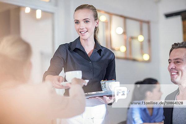 Kellnerin  die Kunden im Restaurant Kaffee serviert