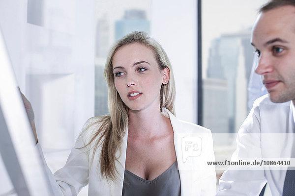 Geschäftsmann und Geschäftsfrau  die im Büro mit Computern arbeiten