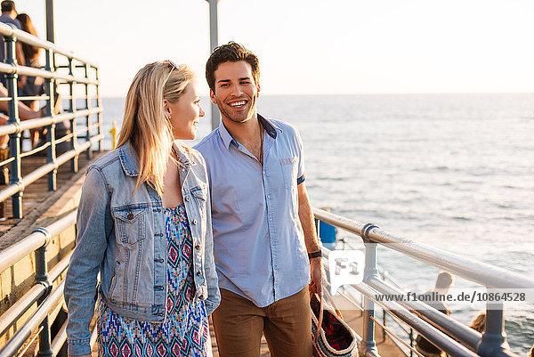 Junges Paar beim Spaziergang am Pier  Santa Monica  Kalifornien  USA