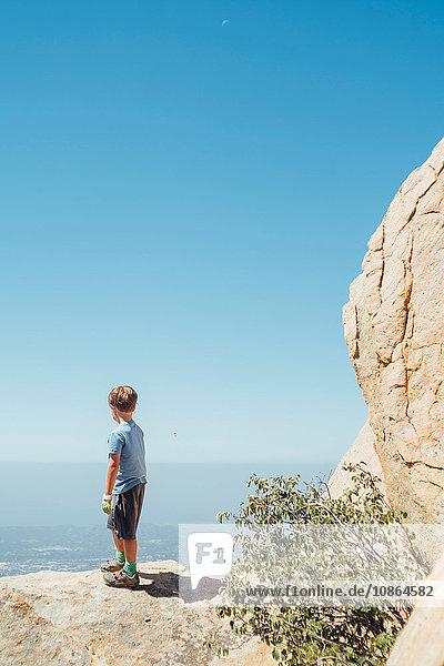 Junge schaut vom Felsblock aus  Santa Barbara  Kalifornien  USA