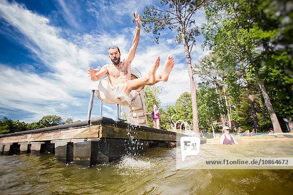 Mann springt von Rutsche am Jackson Lake  Georgia  USA