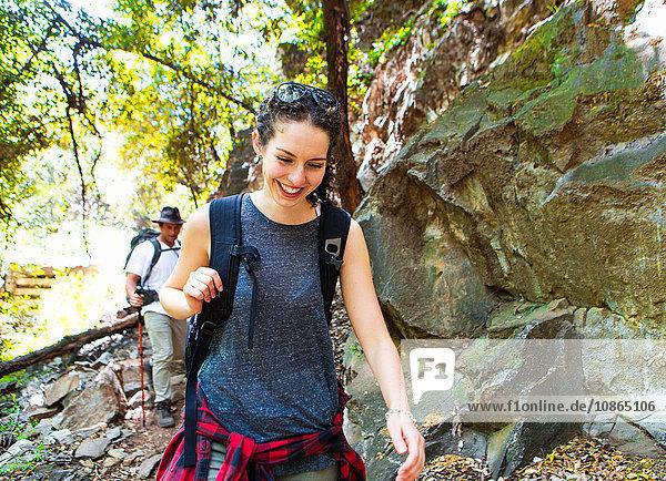 Junge Wandererinnen und Wanderer wandern an Felsen im Wald  Arcadia  Kalifornien  USA