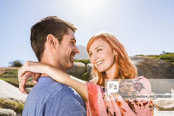 Paare umarmen sich im Freien  von Angesicht zu Angesicht  lächelnd