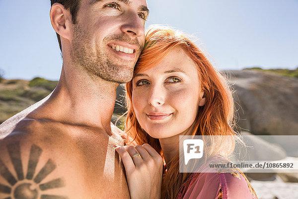 Porträt eines Paares im Freien  lächelnd