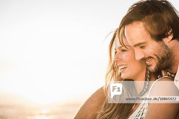 Mittelgroßes erwachsenes Paar am Strand beim Sonnenuntergang  Kapstadt  Südafrika