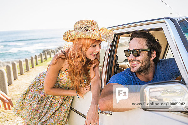 Mann flirtet mit Frau am Autofenster an der Küstenstraße  Kapstadt  Südafrika