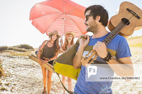 Mittelgroße erwachsene Frauen mit Sonnenschirm am Strand  Kapstadt  Südafrika