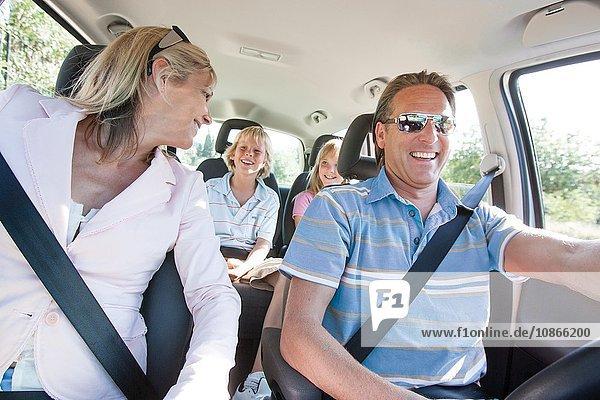 Glückliche Familie auf Autoreise