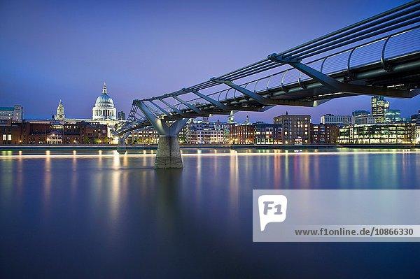 Fußgängerbrücke über den städtischen Fluss bei Nacht