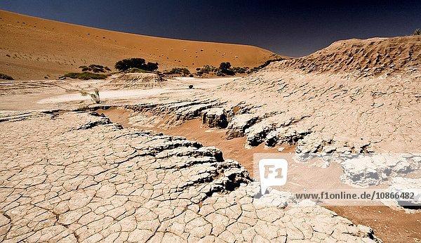 Zerklüftete Erde in Wüstenlandschaft