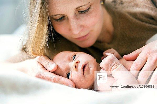 Mutter schaut liebevoll auf den kleinen Jungen herab